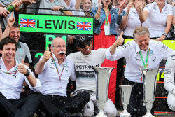 F1: Race winner Lewis Hamilton, Mercedes AMG F1 celebrates with Toto Wolff, Mercedes AMG F1 Shareholder and Executive Director, Dr. Dieter Zetsche, Daimler AG CEO and the team