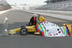 Quilt presentation to Ryan Hunter-Reay, Andretti Autosports Honda