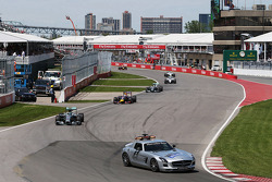 Nico Rosberg, Mercedes AMG F1 W05 leads behind the FIA Safety Car at the start of the race