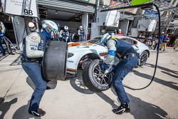 Pit stop for #97 Aston Martin Racing Aston Martin Vantage V8: Darren Turner, Stefan Mücke, Bruno Senna