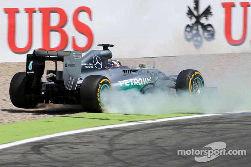 Lewis Hamilton, Mercedes AMG F1 W05 has big crash