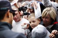 Lewis Hamilton, Mercedes AMG F1 signs autographs for the fans