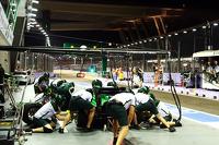 Kamui Kobayashi, Caterham CT05 practices a pit stop