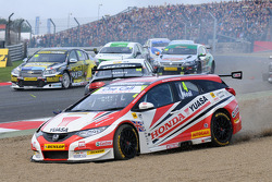 Matt Neal, Honda Yuasa Racing amongst the carnage at the start of race 1