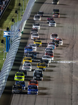 Start: Kyle Larson and Ryan Blaney lead the field