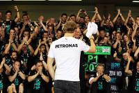 Nico Rosberg, Mercedes AMG F1 celebrates with the Mercedes AMG F1 team