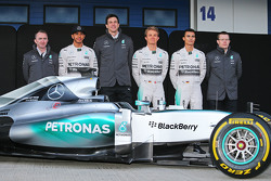 Der Mercedes AMG F1 W06 wird enthüllt: Paddy Lowe, Mercedes AMG F1, Teamchef; Toto Wolff, Mercedes-Sportchef; Nico Rosberg, Mercedes AMG F1; Pascal Wehrlein, Mercedes AMG F1, Ersatzfahrer; Andy Cowell