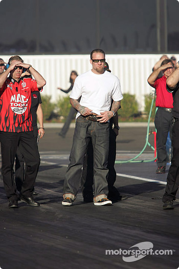 Jesse James and the Mac Tools crew watch Scott Kalitta's run