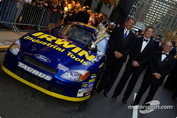 Jimmy Fennig, Kurt Busch and Jack Roush pose with their Ford Taurus outside the Waldorf Astoria