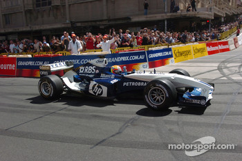 Street parade in Melbourne: Antonio Pizzonia drives a Williams-BMW FW26 in the streets of Melbourne