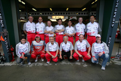 Ralf Schumacher, Jarno Trulli and Ricardo Zonta pose with Toyota team members