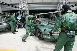 Service on the #58 Aston Martin Racing Aston Martin DBR9: Tomas Enge, Peter Kox, Pedro Lamy