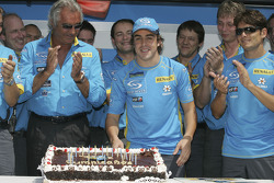 Fernando Alonso celebrates his 24th birthday with Flavio Briatore, Giancarlo Fisichella and Renault F1 team members