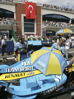 Renault F1 team members on the starting grid
