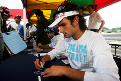 Autograph session: Vitantonio Liuzzi