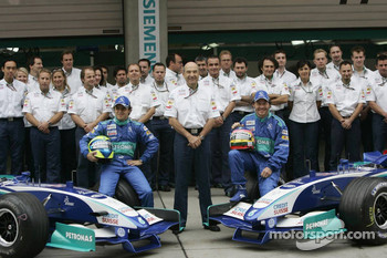 Sauber photoshoot: Felipe Massa and Jacques Villeneuve pose with Sauber team members