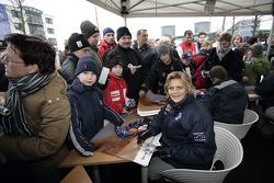 Volkswagen Motorsport departure in Wolfsburg: Tina Thorner signs autographs