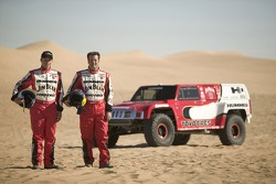 Team Gordon: Robby Gordon and Darren Skilton pose with the Hummer H3 Race Truck