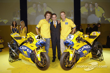 Valentino Rossi, Davide Brivio and Colin Edwards with the 2006 Camel Yamaha M1