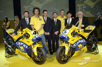 Valentino Rossi, Colin Edwards and Yamaha management with the 2006 Camel Yamaha M1