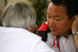 Shuhei Nakamoto, Engineering Director, Honda Racing Development, talks with Bernie Ecclestone