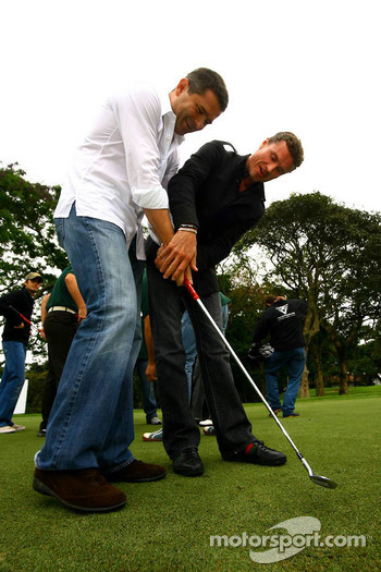 Golf tournament: David Coulthard teaches Gil de Ferran how to hold a golf club