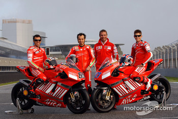 Ducati Corse: Loris Capirossi, Vittoriano Guareschi and Casey Stoner pose with Livio Suppo