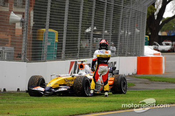 Heikki Kovalainen, Renault F1 Team, stopped on track