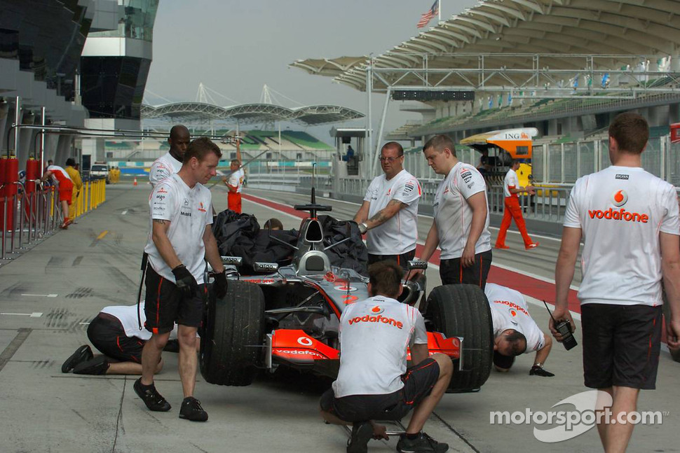 Technical problems at the car of Lewis Hamilton, McLaren Mercedes