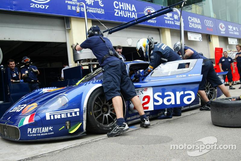 Pitstop practice for #12 Scuderia Playteam Sarafree Maserati MC 12 GT1: Giambattista Giannoccaro, Alessandro Pier Guidi