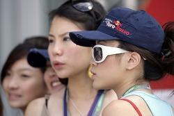 Formula Unas girls: Vaune Phan and Sally Wong