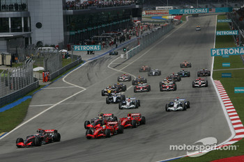 Start: Fernando Alonso, McLaren Mercedes, MP4-22, leads in front of Felipe Massa, Scuderia Ferrari, F2007, and Lewis Hamilton