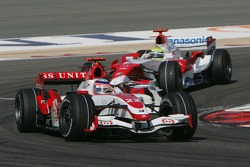 Takuma Sato, Super Aguri F1, SA07 and Ralf Schumacher, Toyota Racing, TF107