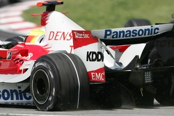 Ralf Schumacher, Toyota Racing, TF107 with a puncture and a damaged rear wing