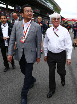 Takahiro Hachigo, Honda CEO with Bernie Ecclestone, on the grid