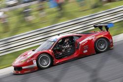 #63 Scuderia Corsa Ferrari 458 Italia: Bill Sweedler, Townsend Bell with damage