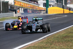 Nico Rosberg, Mercedes AMG F1 Team and Daniel Ricciardo, Red Bull Racing