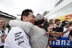 Winner Nobuharu Matsushita, ART Grand Prix hugs Yasuhisa Arai, Head of Motorsport, Honda