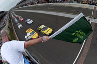 Largada da Brickyard 400. Carl Edwards, Joe Gibbs Racing, lidera o pelotão