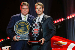 Will Power, Team Penske Chevrolet receives the Verizon P1 Award from David Small of Verizon