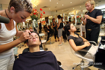 Formula Unas girls visit a beauty salon: Estefania Bejarano and Mina Zakipour