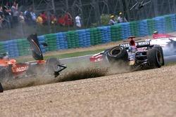 Vitantonio Liuzzi, Scuderia Toro Rosso crashes with Anthony Davidson, Super Aguri F1 Team at the start