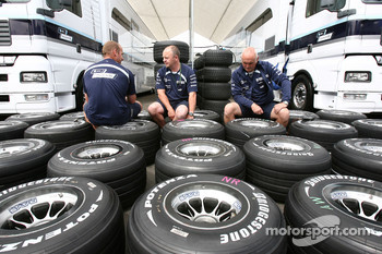 Williams F1 Team, prepare their tyres