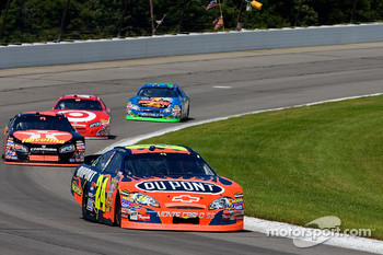 Jeff Gordon leads a pack into turn three