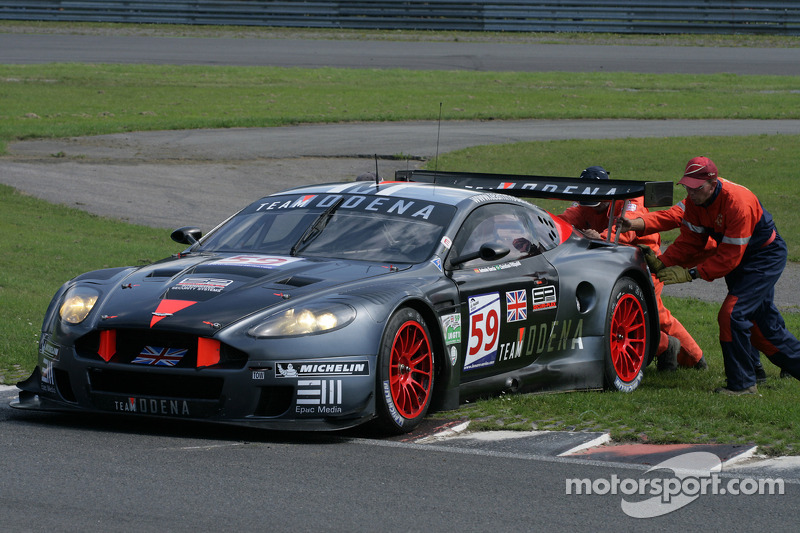 Marshalls again attempt in vain to push #59 Team Modena Aston Martin DBR9: Antonio Garcia, Christian Fittipaldi off the curb