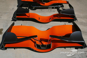 Spyker F1 Team, F8-VII-B and above Adrian Sutil, Spyker F1 Team, F8-VII, front wings