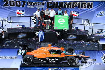 Victory lane: Dario Franchitti celebrates the win and the 2007 IndyCar Series championship with Michael Andretti and Kim Green