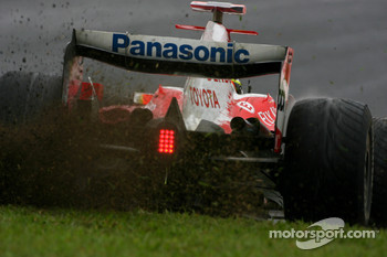 Ralf Schumacher, Toyota Racing, TF107 kicking up some grass