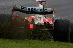 Ralf Schumacher, Toyota Racing, TF107 kicking up some grass