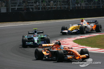 Adrian Sutil, Spyker F1 Team, F8-VII-B leads Rubens Barrichello, Honda Racing F1 Team, RA107